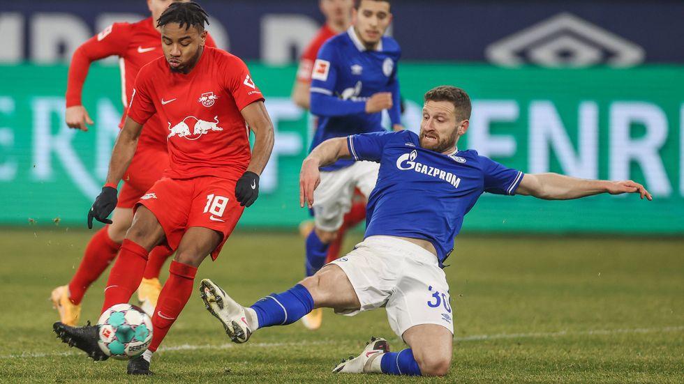 Christopher Nkunku mit dem Schussversuch gegen Schalke's Neuzugang Shkodran Mustafi