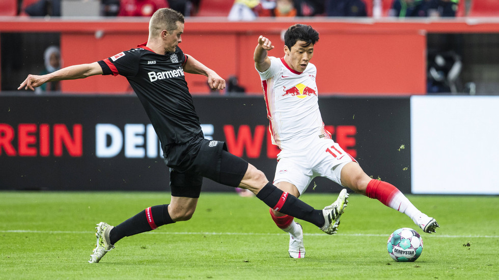 Hee-Chan Hwang (RB Leipzig) gegen Lars Bender (Leverkusen)