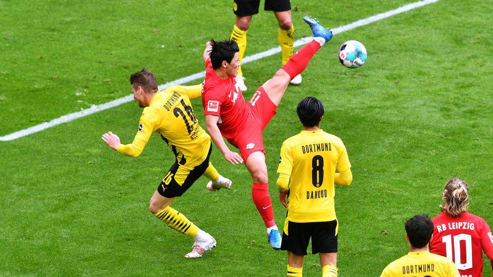 Hee-chan Hwang im Zweikampf mit dem Dortmunder Lukasz Piszczek