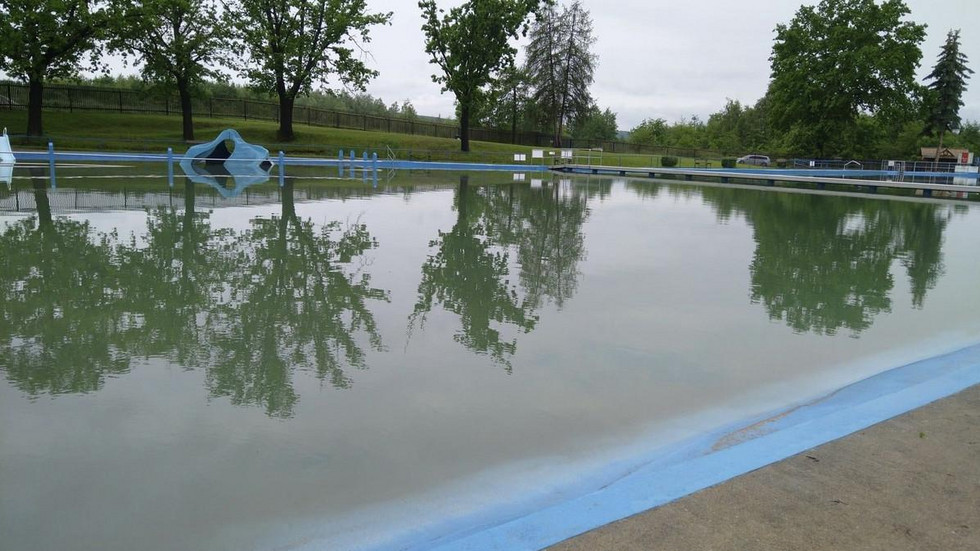 Das Freibad Crossen muss nach dem Unwetter geschlossen bleiben. Das Becken ist voller Schlamm.