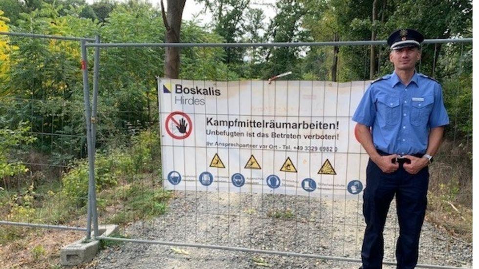 Andreas Weiner vom Polizeiverwaltungsamt vor der Absperrung zur Munitionsräumung in der Wilden Luppe