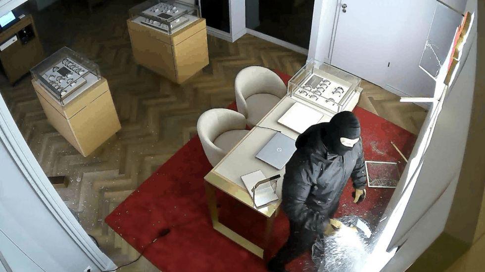 Bilder der Überwachungskamera beim Einbruch in das Juweliergeschäft