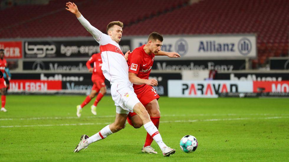 Stuttgarts Sasa Kalajdzic wird von RB-Verteidiger Willi Orban abgelaufen