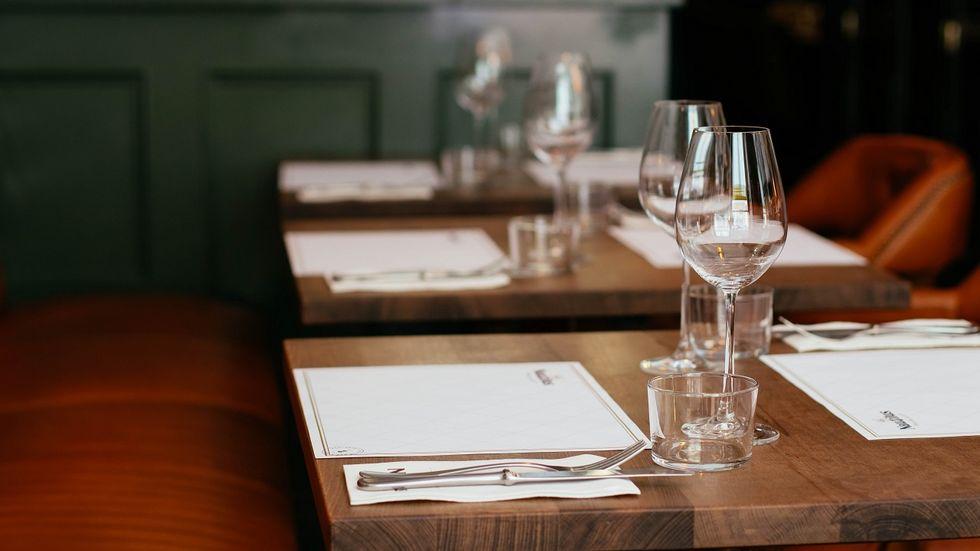 Symbolbild: gedeckter Tisch im Restaurant