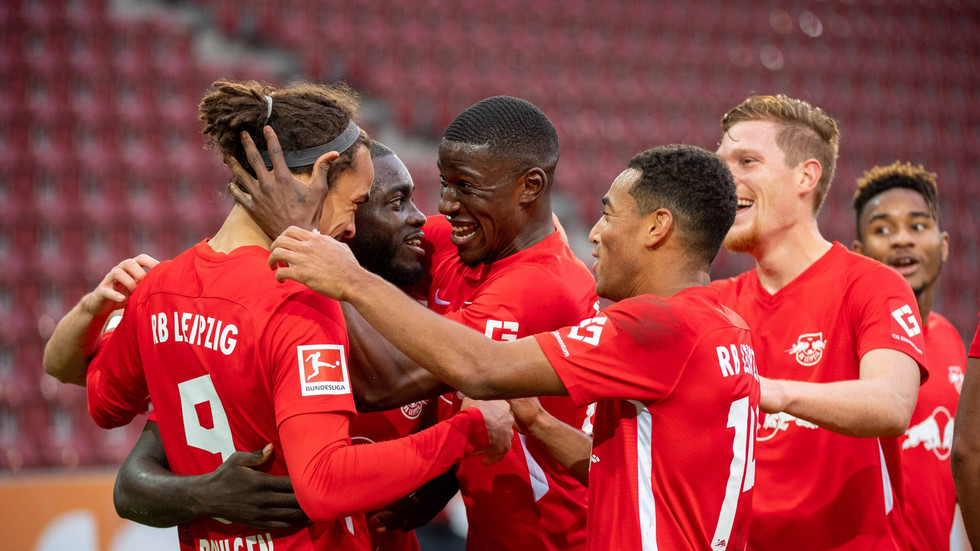 Die Leipziger Spieler jubeln nach dem Tor von Poulsen zum 2:0