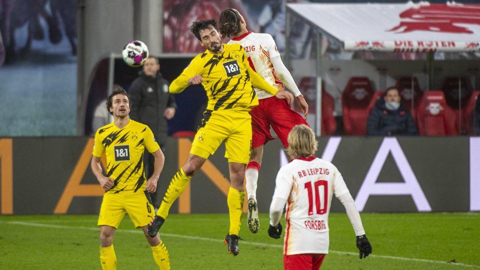 RB-Stürmer Yussuf Poulsen im Luftduell mit BVB-Verteidiger Mats Hummels