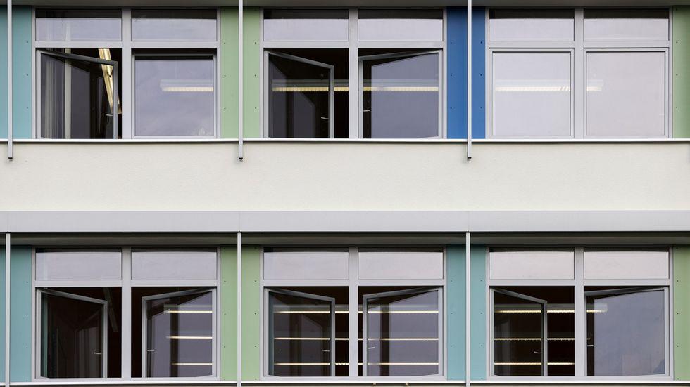 Geöffnete Fenster an einer Leipziger Schule (Archivfoto)