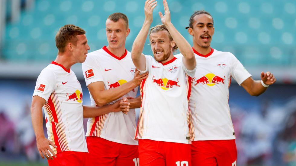 Die Leipziger Spieler Dani Olmo, Lukas Klostermann, Emil Forsberg und Yussuf Poulsen jubeln nach dem 1:0 per Elfmeter.