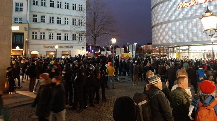 Demoteilnehmer aus beiden Lagern sind in der Leipziger Innenstadt unterwegs © Redaktion