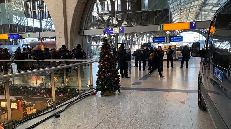 Polizei kontrolliert eine Gruppe am Hauptbahnhof © Redaktion