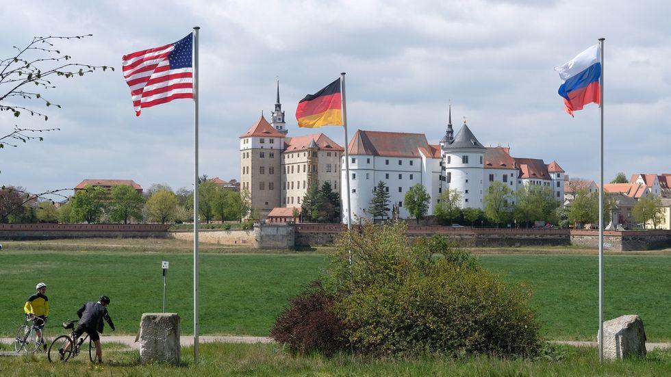 Amerikanische und deutsche Flagge beim Elbe Day vor Schloss Hartenfels in Torgau (Archivfoto: Sebastian Willnow, dpa)