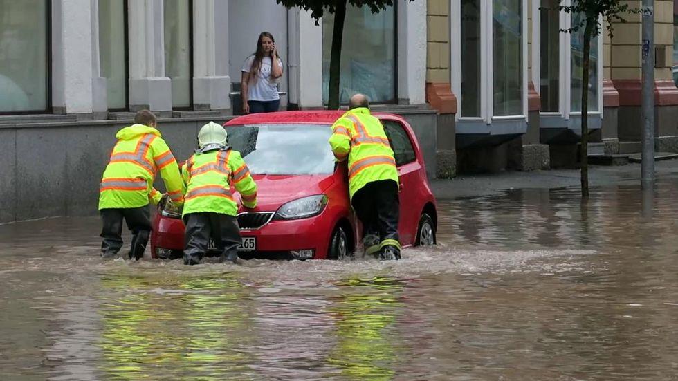 Dieses Auto mussten Feuerwehrleute aus dem Wasser schieben.