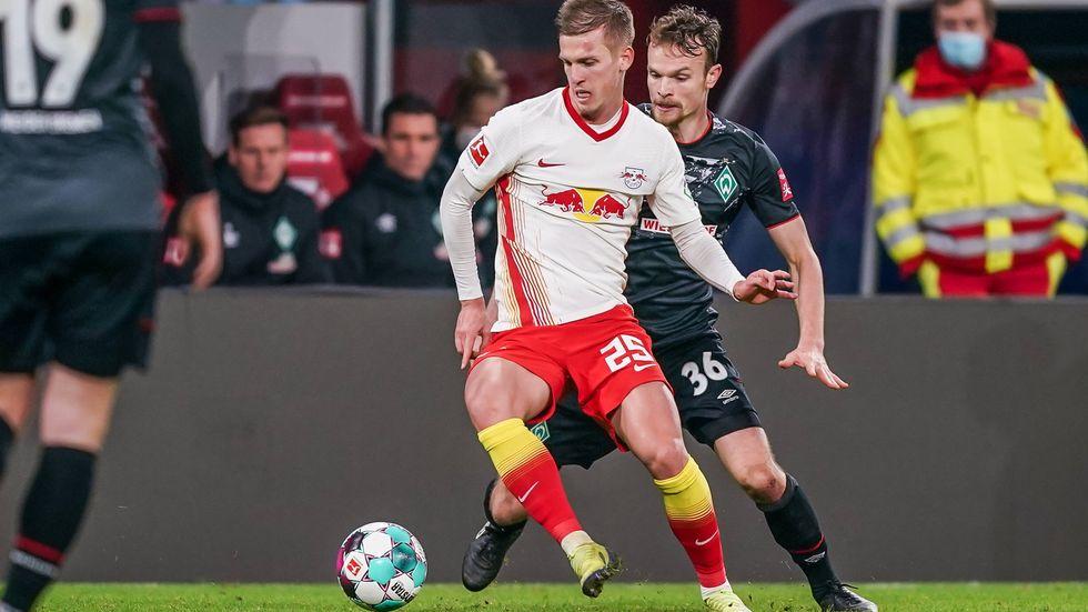 Torschütze Dani Olmo im Duell mit Werders Christian Groß