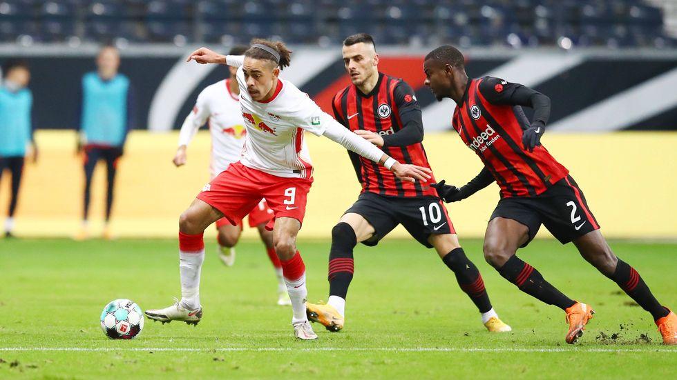 RB-Torschütze Yussuf Poulsen im Zweikampf mit den beiden Frankfurtern Filip Kostic und Evan NDicka
