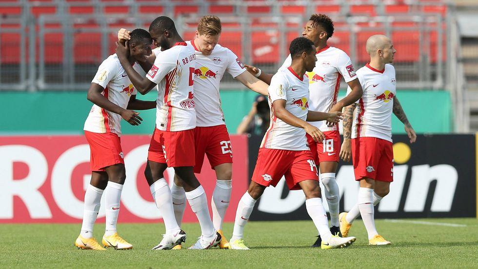 Die RB-Spieler bejubeln den Einzug in die 2. Runde des DFB-Pokals