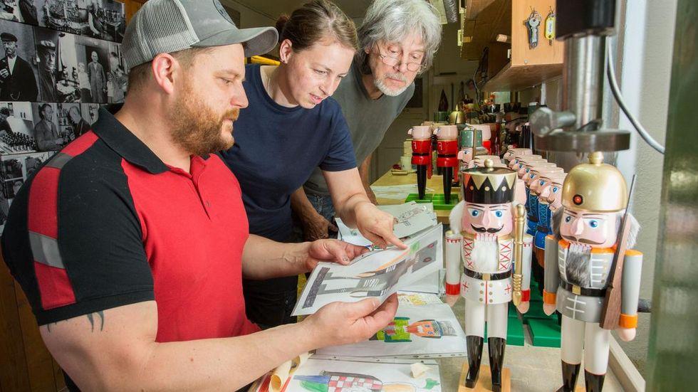 Markus Füchtner, Carola Seifert und Volker Füchtner (v.l.) freuen sich über die Vielzahl ein Einsendungen zum Nussknackerwettbewerb.