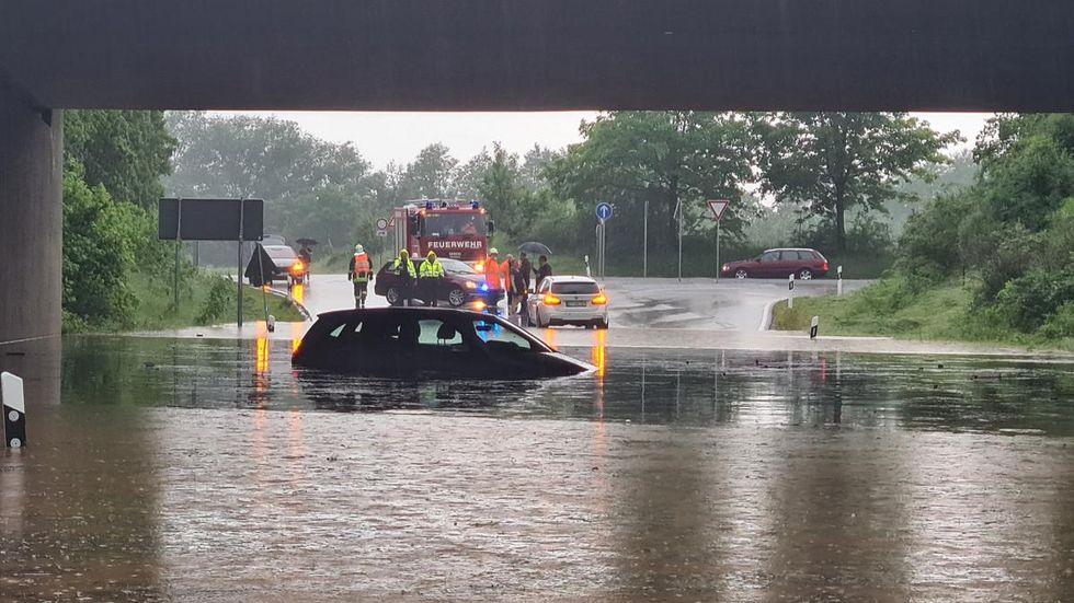 Unter der B 93-Brücke bei Crossen sammelte sich das Wasser. Mehrere Autos blieben darin stecken. Ein älterer Mann musste aus seinem Auto befreit werden.