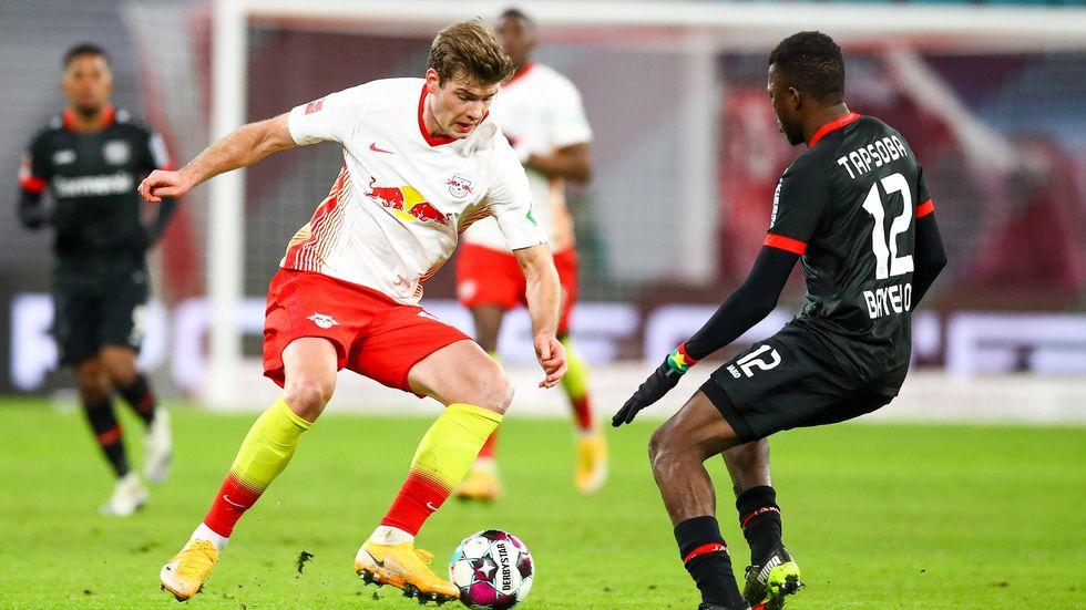 Alexander Sörloth im Dribbling gegen Leverkusens Edmond Tapsoba