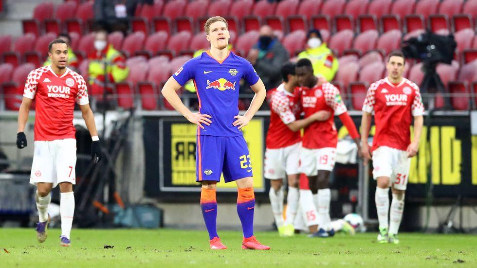 Marcel Halstenberg ist bedient nach dem Treffer für Mainz zum 2:3 aus Leipziger Sicht