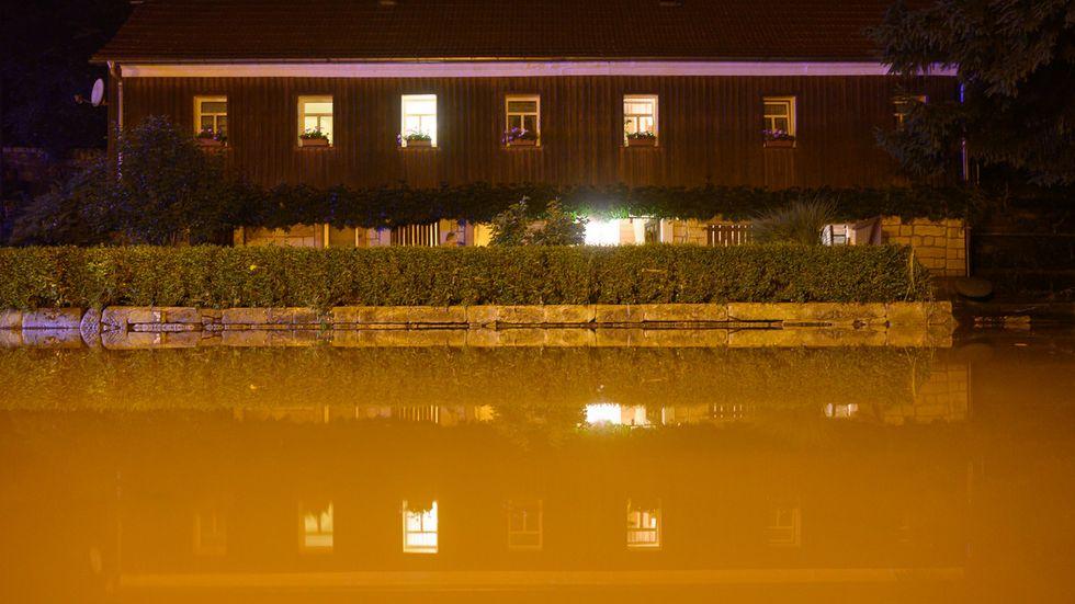 Eine Straße in Bad Schandau ist mit Wasser der Kirnitzsch überflutet (Archivfoto)