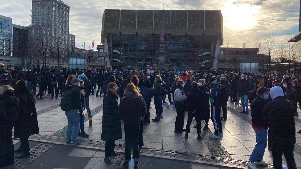 Protest gegen die Querdenker-Bewegung auf Leipziger Augustusplatz © Redaktion