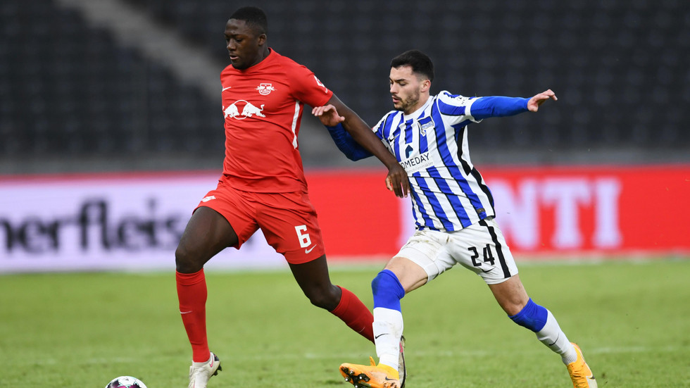 Ibrahima Konaté im Trikot von RB Leipzig im Zweikampf mit Nemanja Radonjic von Hertha BSC Berlin