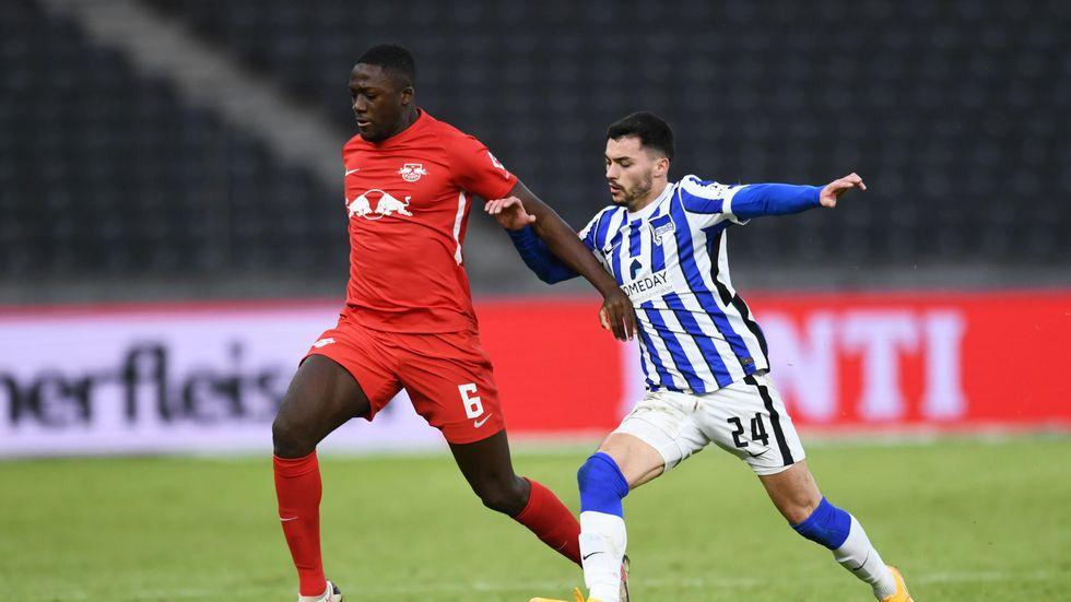 RB Leipzigs Ibrahima Konaté im Zweikampf mit Nemanja Radonjic von Hertha BSC Berlin