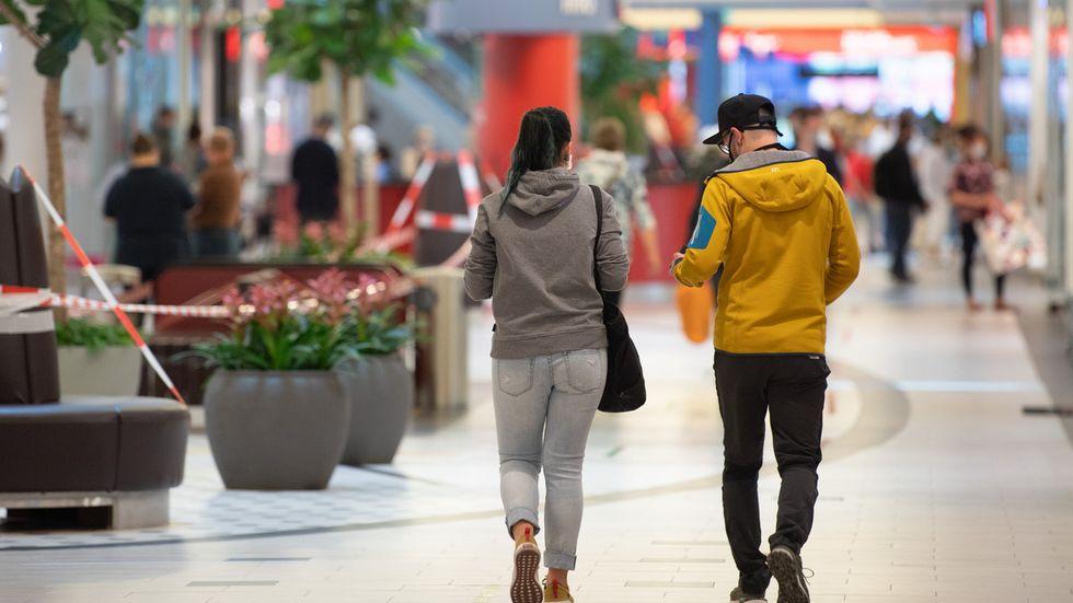 Kunden in einem sächsischen Einkaufszentrum (Archivbild)