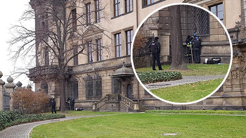 Kriminaltechniker untersuchen das Gitter und das Fenster, über das die Täter in das Grüne Gewölbe eingestiegen sind. (Foto: Redaktion/Franziska Meier)